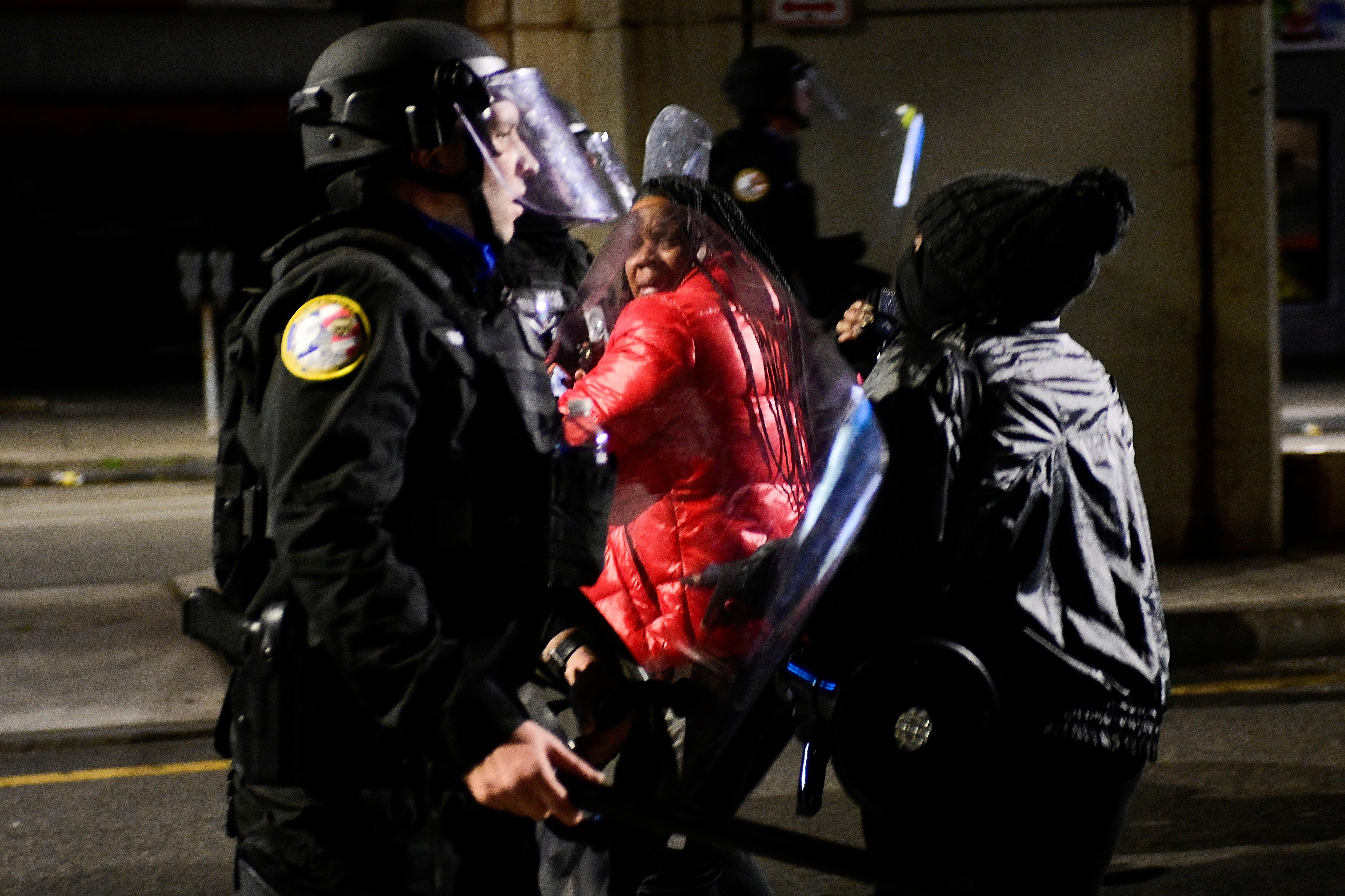 Manifestantes e policiais entram em confronto na Filadélfia; protestos começaram depois de morte de homem negro