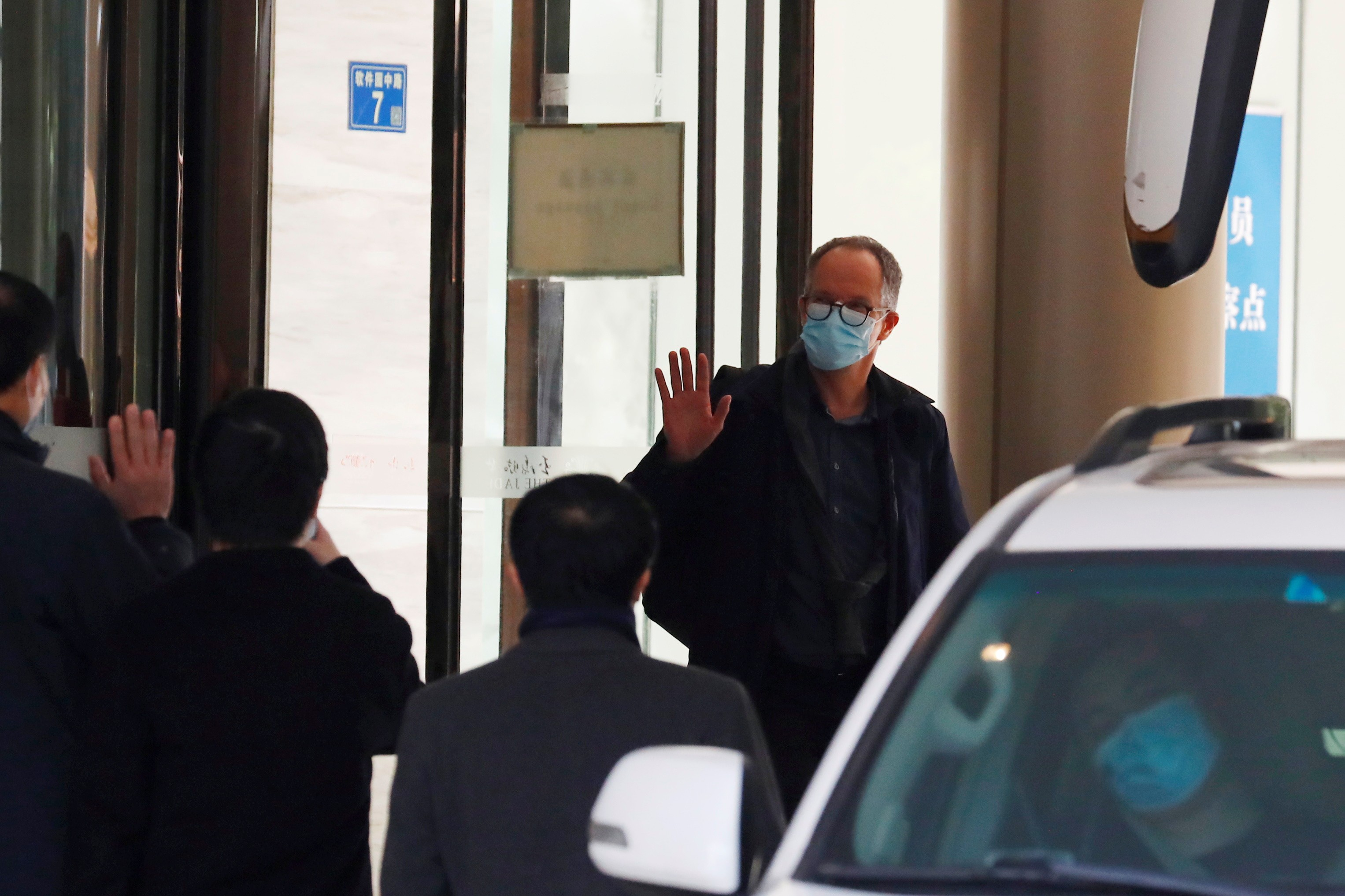 Equipe da OMS que estudará origem do coronavírus em Wuhan encerra quarentena e deixa hotel