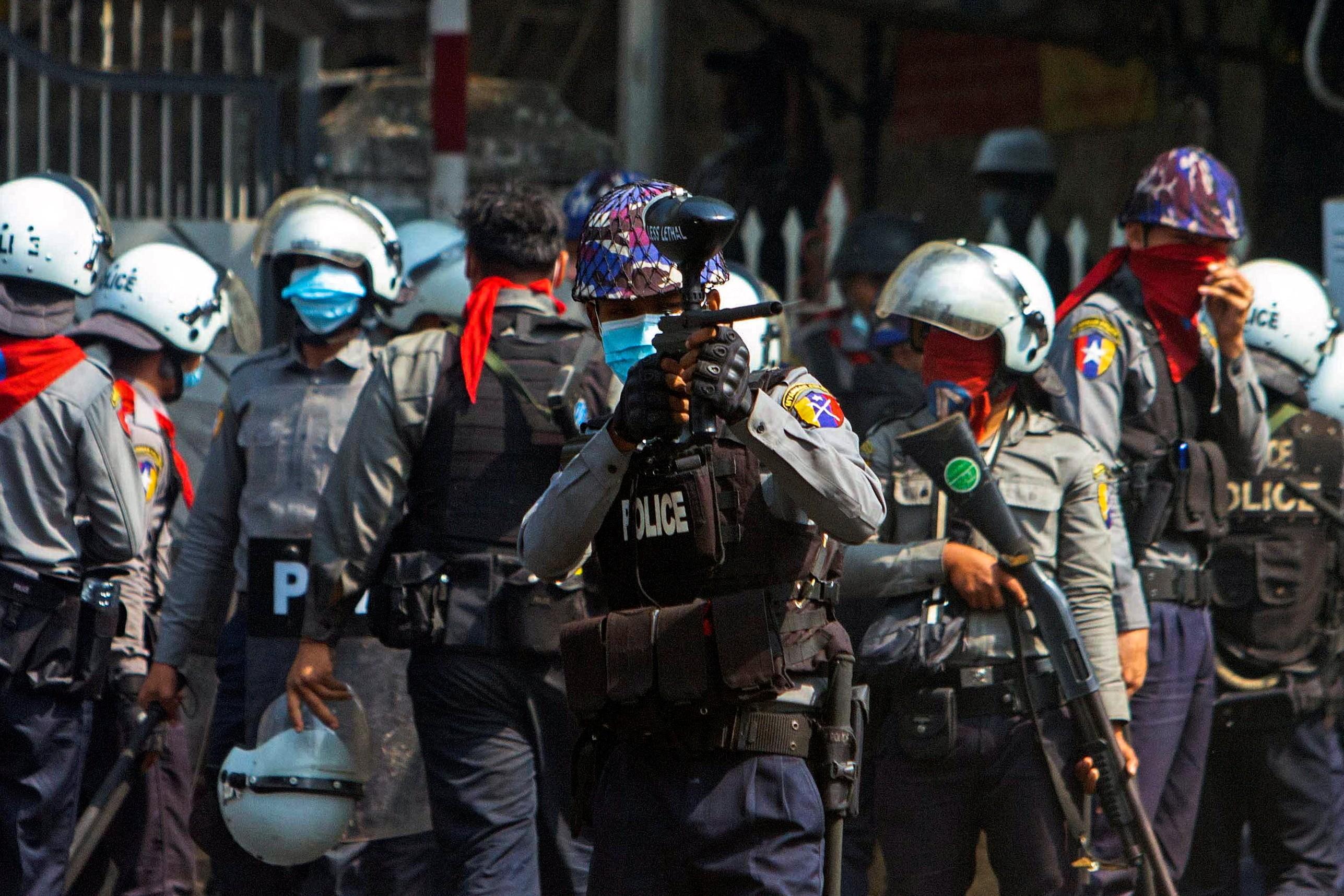 Repressão a protestos contra golpe militar em Mianmar deixa dois mortos