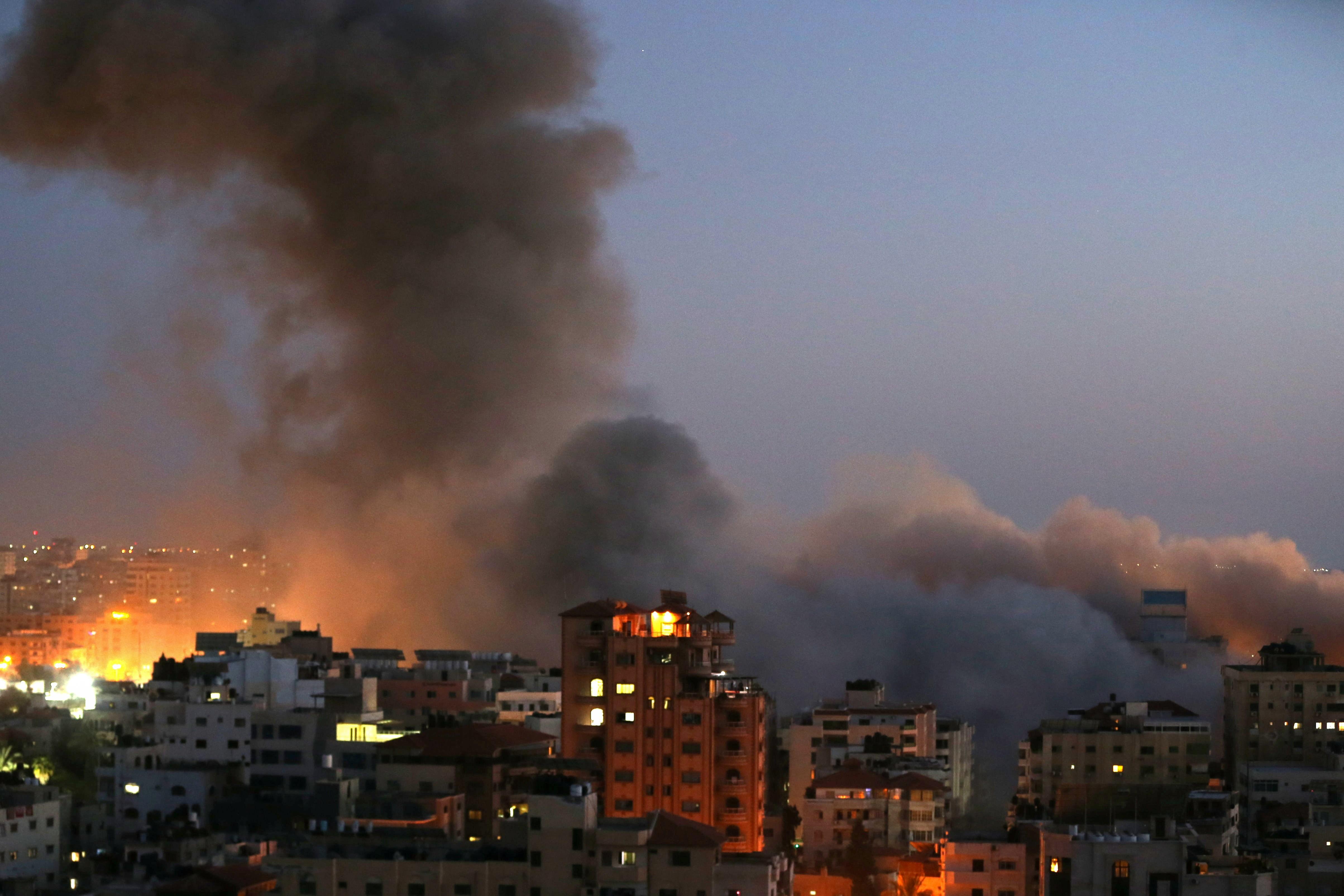 Palestinos acusam Israel de atacar e destruir prédio residencial de 13 andares na Faixa de Gaza