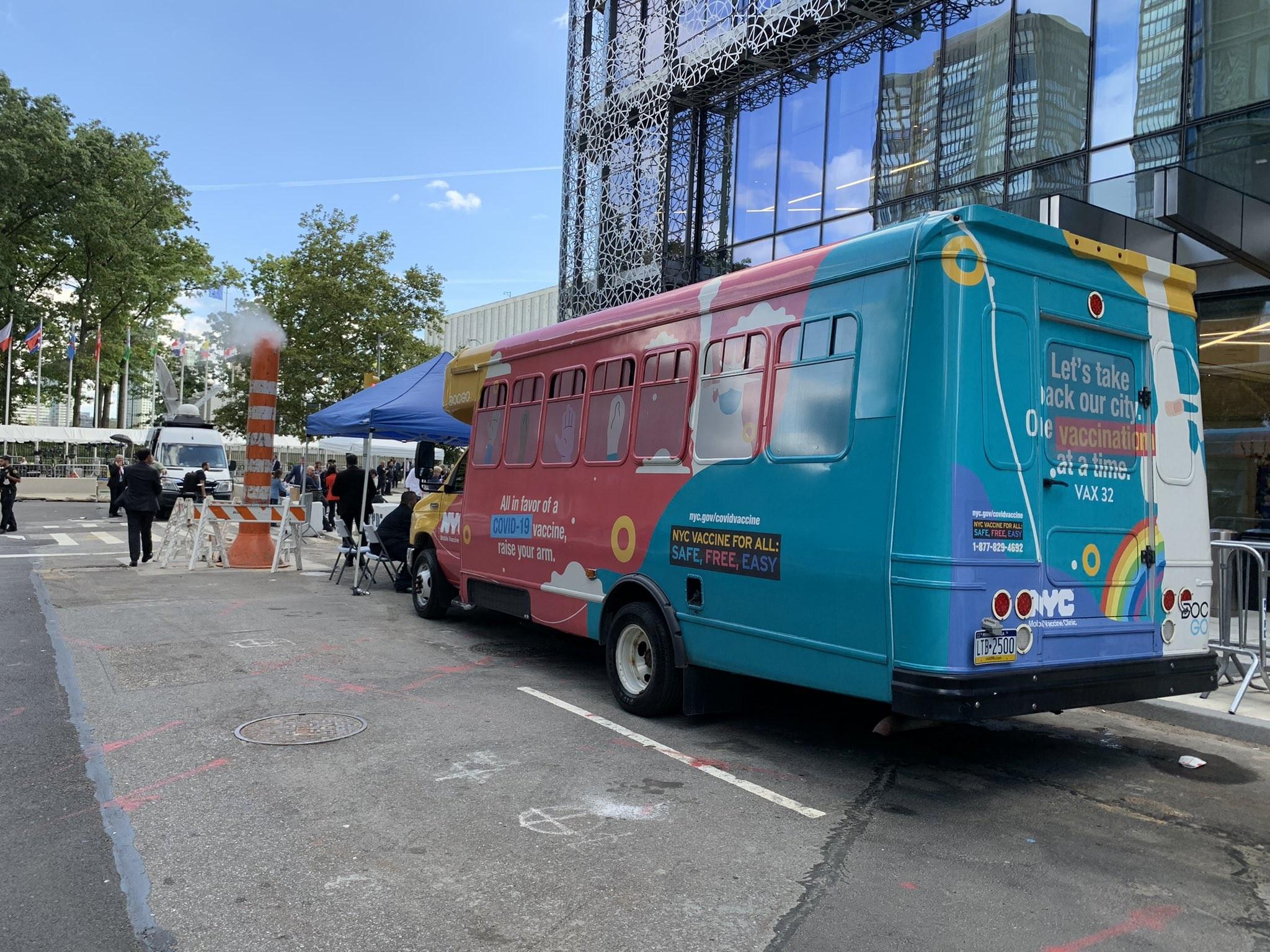 Prefeitura de Nova York oferece vacina contra a Covid-19 em ônibus estacionado em frente à ONU