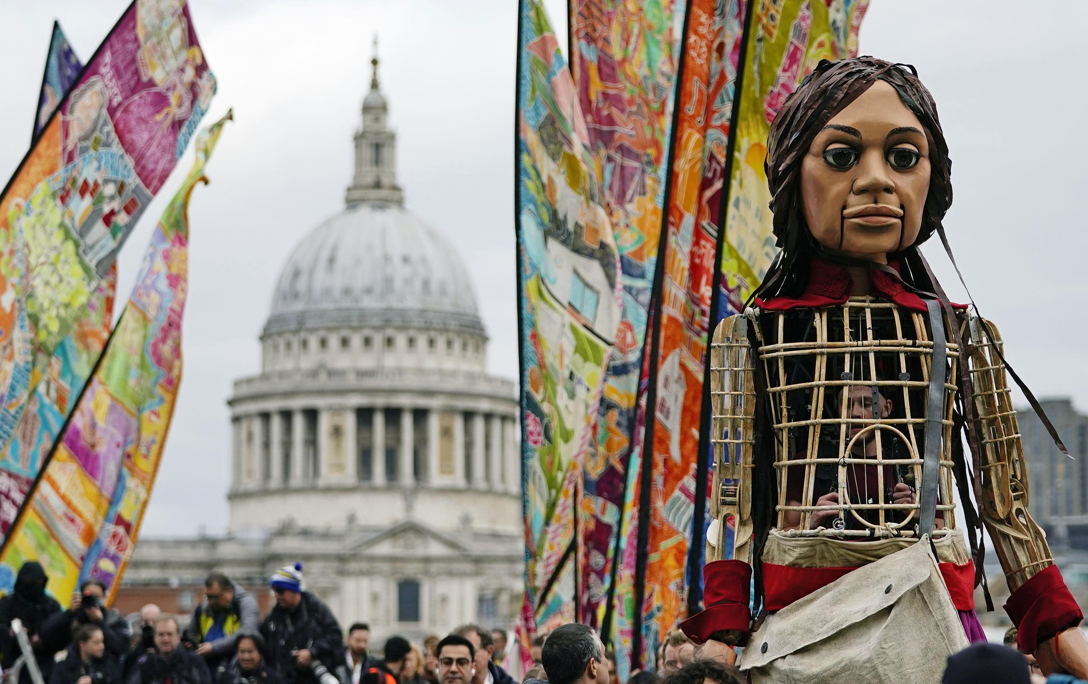 Boneca gigante: 'Pequena Amal' chega à Catedral de São Paulo em Londres; veja fotos